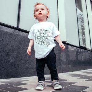 Junge mit T-Shirt Skateboards Weiß